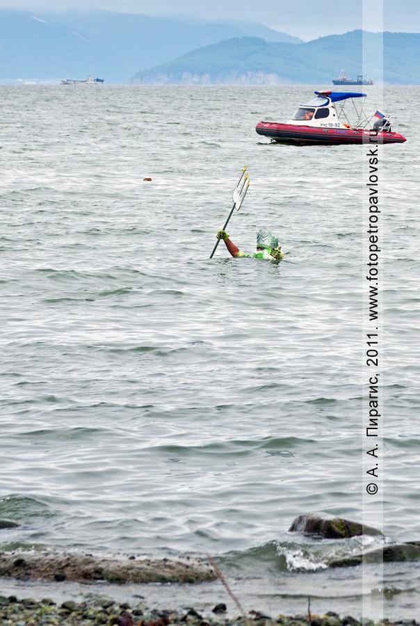 Фотография: Нептун — бог подводного мира выходит из пучины — Авачинской губы (бухты) к жителям полуострова Камчатка. Празднование Дня рыбака в городе Петропавловске-Камчатском