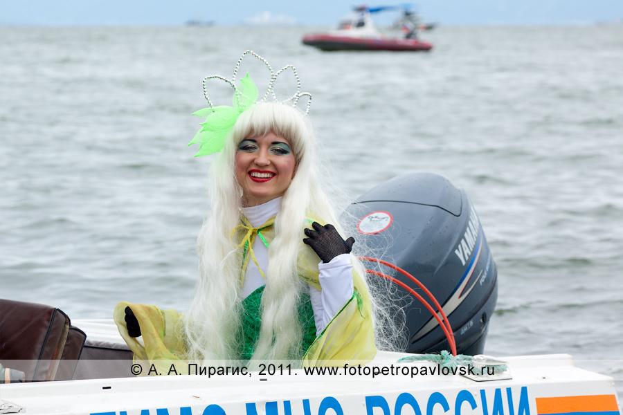 Фотография: камчатская красавица — Салация — супруга бога подводного мира Нептуна в лодке МЧС России по Камчатскому краю. Празднование Дня рыбака в городе Петропавловске-Камчатском