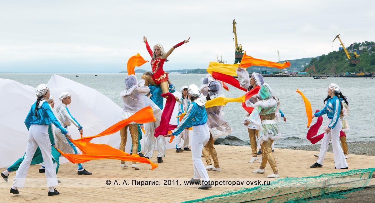 Фотография: День рыбака на Камчатке. Театрализованное представление на Озерновской косе в городе Петропавловске-Камчатском. На заднем плане — Авачинская губа (бухта)