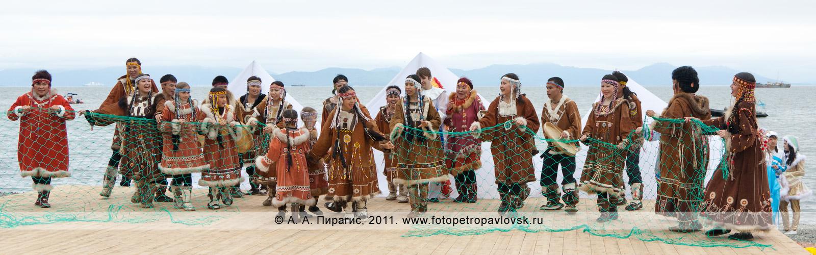 Фотография: празднование Дня рыбака на полуострове Камчатка. На сцене — национальные танцевальные коллективы коренных народов Камчатки. Театрализованное представление на Озерновской косе в городе Петропавловске-Камчатском