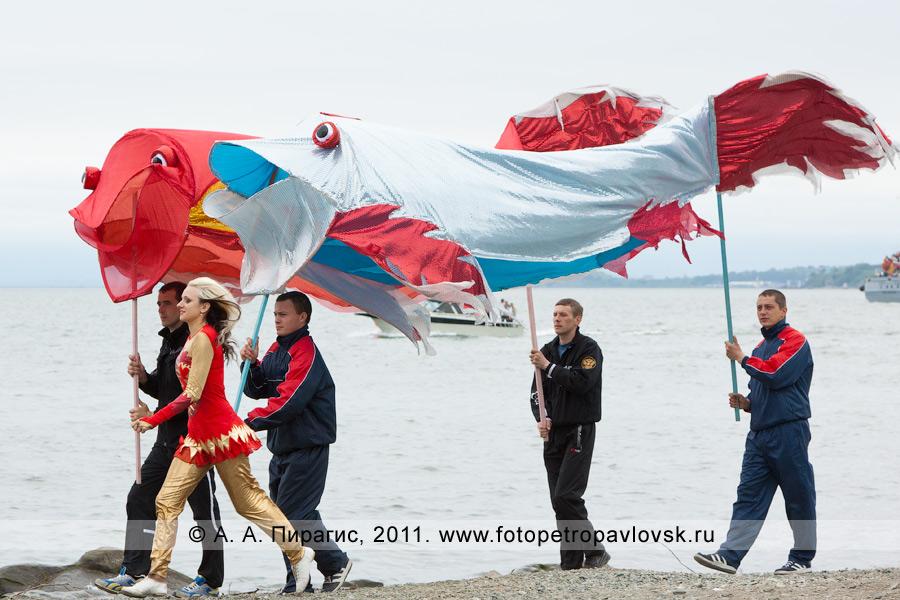 Фотография: рыбы. Праздничное шоу в День рыбака на Озерновской косе в городе Петропавловске-Камчатском