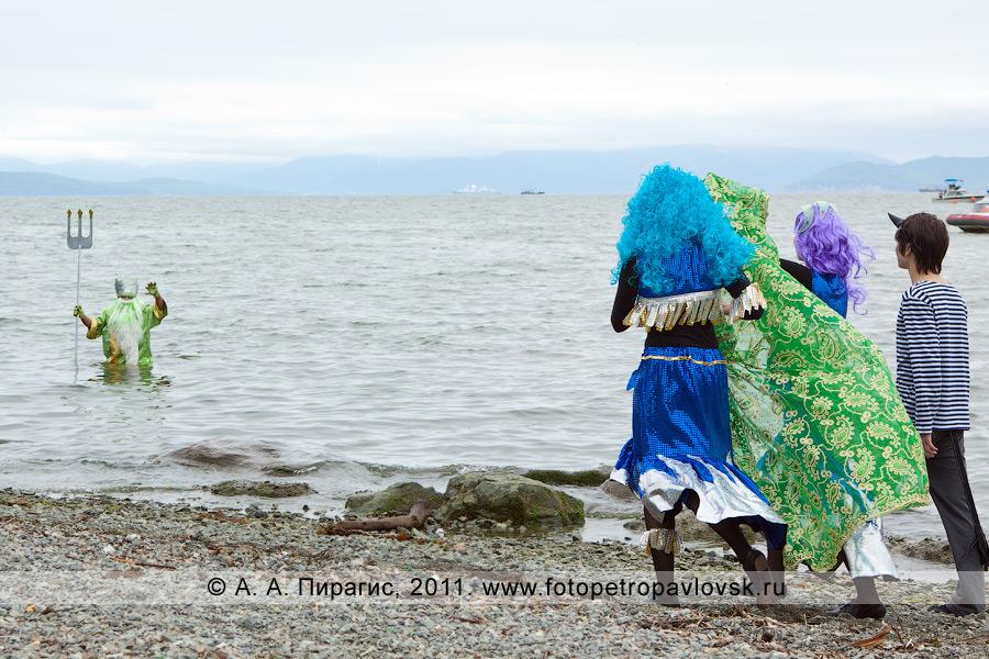 Фотография: Нептун выходит из Авачинской губы (бухты). На Озерновской косе бога подводного мира встречают супруга Салация, сирены и черти. Празднование Дня рыбака на полуострове Камчатка