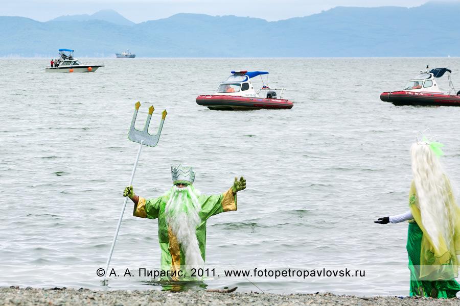 Фотография: бог подводного мира Нептун выходит из Авачинской губы (бухты), приветствует свою супругу Салацию и жителей Камчатки. Озерновская коса в городе Петропавловске-Камчатском