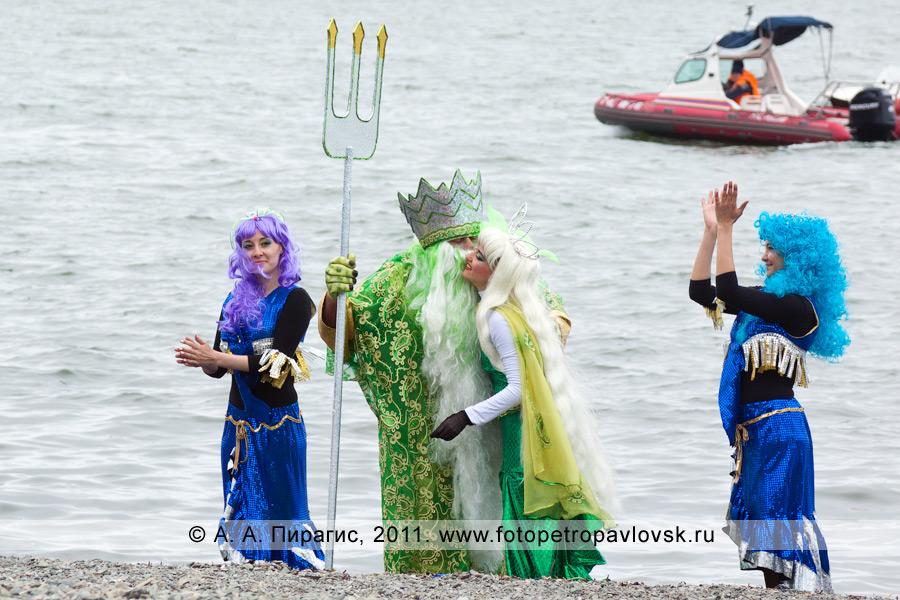 Фотография: Нептун — бог подводного мира целует свою супругу Салацию под аплодисменты сирен