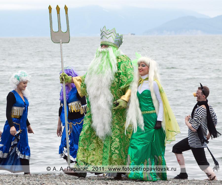 Фотография: Нептун — бог подводного мира с супругой, сирены и черти