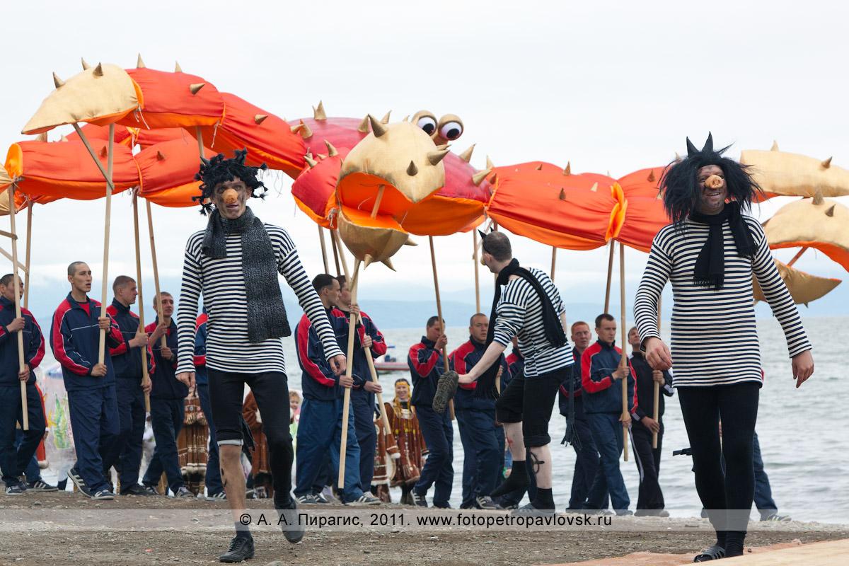 Фотография: черти и камчатский краб. День рыбака на Камчатке, театрализованное представление на берегу Авачинской губы (бухты) в городе Петропавловске-Камчатском