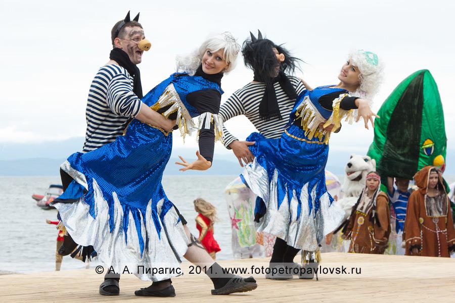 Фотография: зажигательные танцы чертей с сиренами. День рыбака на Камчатке, театрализованное представление на Озерновской косе (Петропавловск-Камчатский)