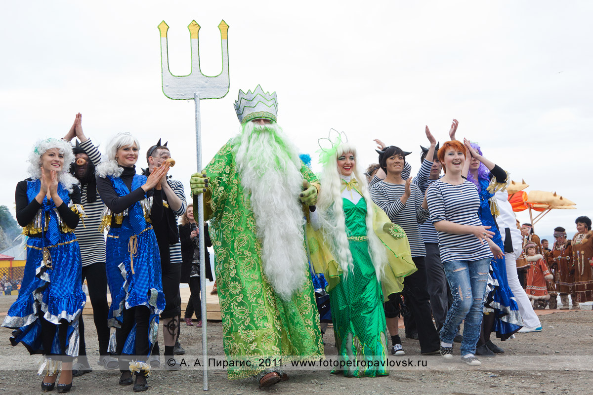 Фотография: бог подводного царства Нептун с супругой, сирены и черти. День рыбака на Камчатке, театрализованное шествие в центре города Петропавловска-Камчатского