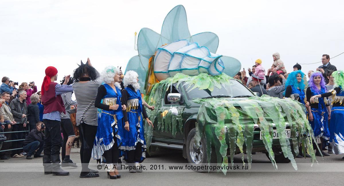 Фотография: празднично украшенный автомобиль бога подводного царства Нептуна. День рыбака в центре города Петропавловска-Камчатского