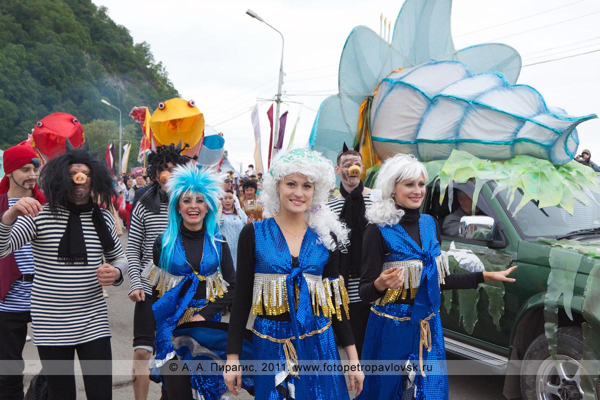 Фотография: сирены, черти и пират — участники театрализованного шествия в День рыбака. Город Петропавловск-Камчатский, Озерновская коса