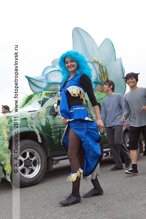 Фотография: кокетка сирена и черти — участники театрализованного шествия в День рыбака (город Петропавловск-Камчатский)