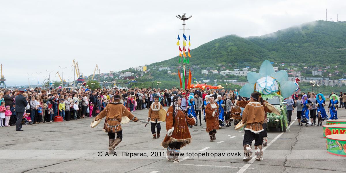 Фотография: празднование Дня рыбака в городе Петропавловске-Камчатском. Конечная точка театрализованного шествия — площадь Ленина