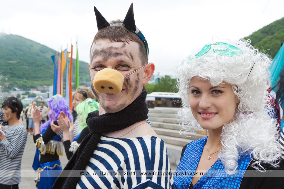 Фотография: черт и красавица сирена. Празднование Дня рыбака в городе Петропавловске-Камчатском