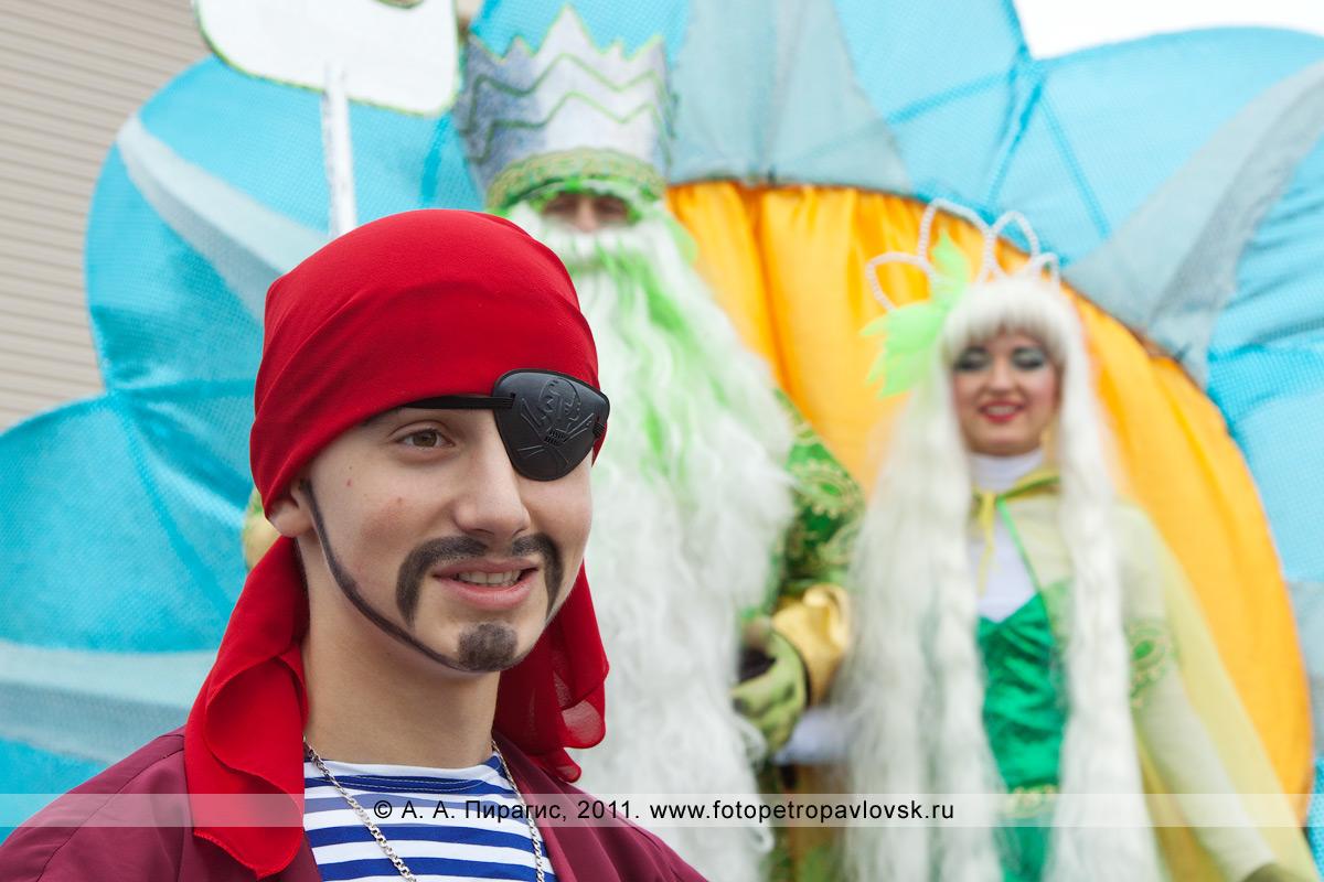 Фотография: пират. На заднем плане — Нептун и Салация. Театрализованное шествие в День рыбака в городе Петропавловске-Камчатском