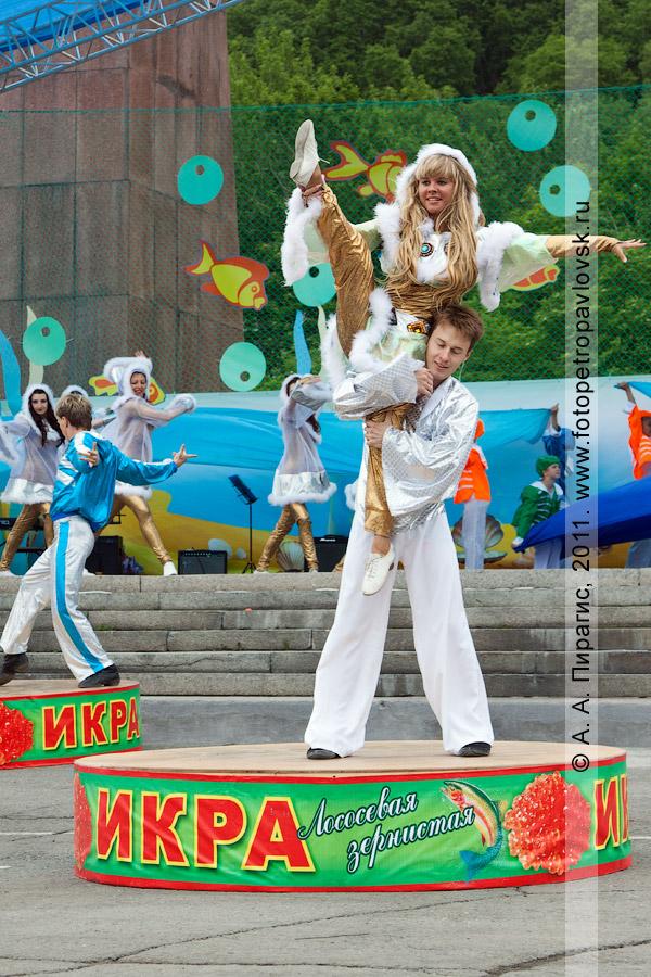 Фотография: танцы на огромной банке икры зернистой лососевой. Праздничный концерт в День рыбака