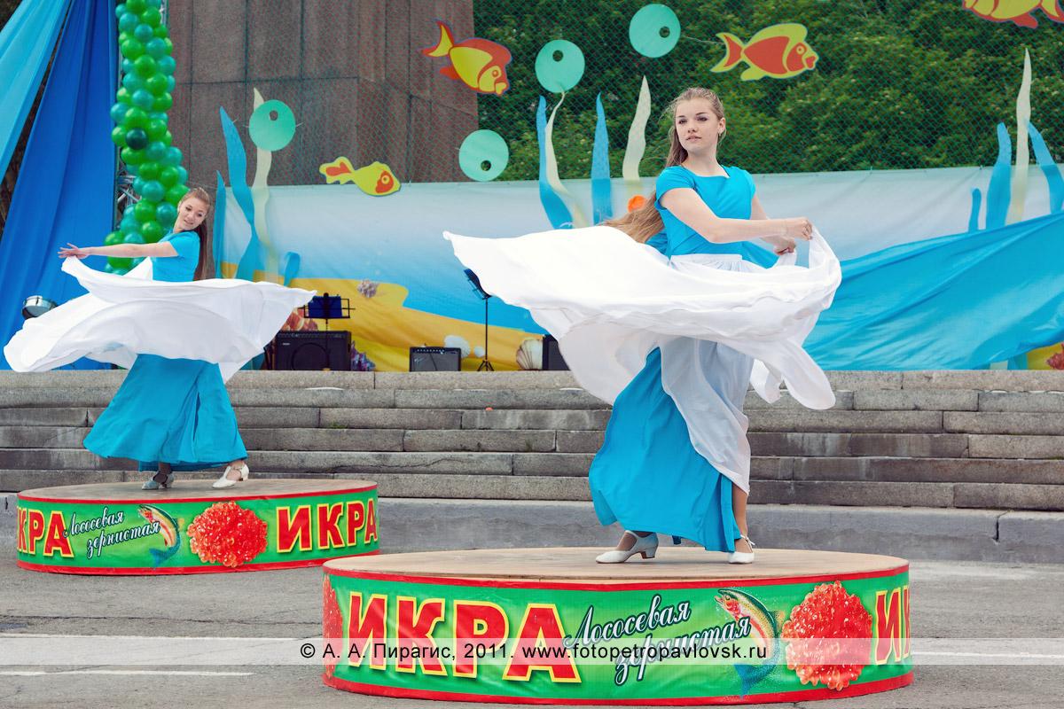 Фотография: танец на огромных банках икры зернистой лососевой. Праздничный концерт в Петропавловске-Камчатском, посвященный Дню рыбака