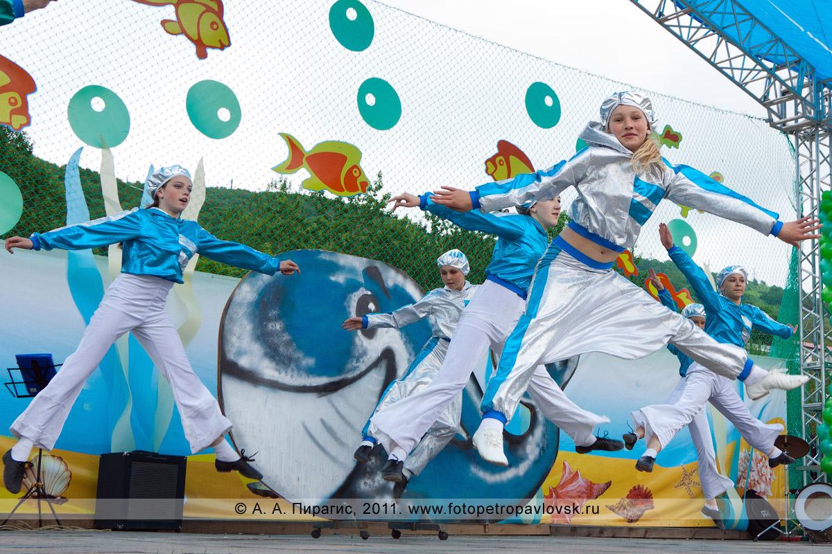 Фотография: танец морячек. Праздничный концерт в День рыбака на площади Ленина в Петропавловске-Камчатском
