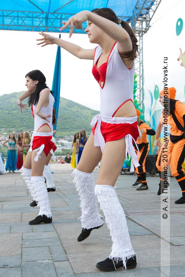 Фотография: выступление танцевального коллектива на площади Ленина в городе Петропавловске-Камчатском в День рыбака