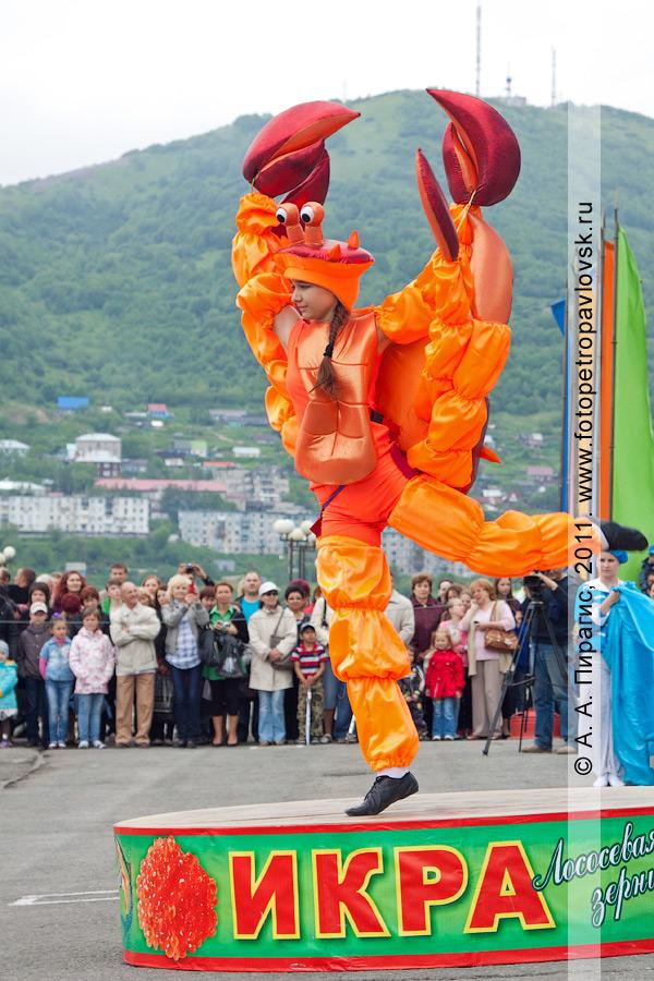 Фотография: танец камчатского краба на огромной банке красной икры. Праздничный концерт в День рыбака в городе Петропавловске-Камчатском