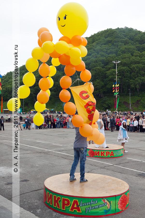 """Фотография: запуск праздничных воздушных шаров и ленты с надписью """"С Днем рыбака"""" в камчатское небо. Площадь Ленина в городе Петропавловске-Камчатском"""
