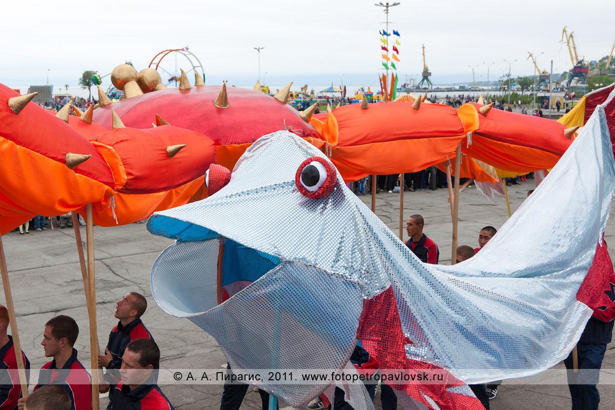 Фотография: театрализованное шествие — рыба и гигантский камчатский краб. Празднование Дня рыбака на Камчатке