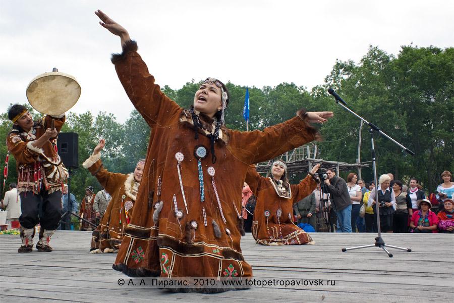 Фотография: выступление национальных коллективов. Празднование Дня аборигена в городе Петропавловске-Камчатском