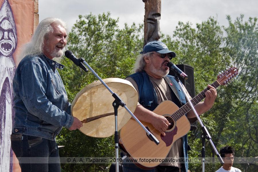 Фотография: выступление Александра Безуглова и Сергея Косыгина. Празднование Дня аборигена на полуострове Камчатке