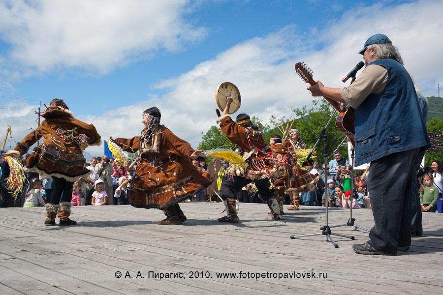 Фотография: зажигательные национальные танцы под аккомпанемент Александра Безуглова и Сергея Косыгина. Празднование Дня аборигена в Петропавловске-Камчатском