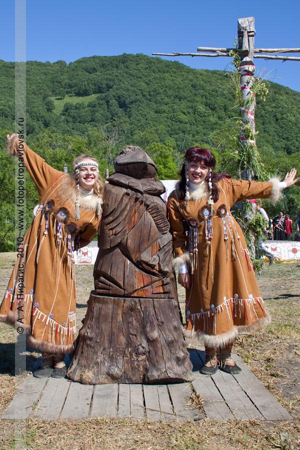 Фотография: ведущие праздника. Международный день коренных малочисленных народов мира