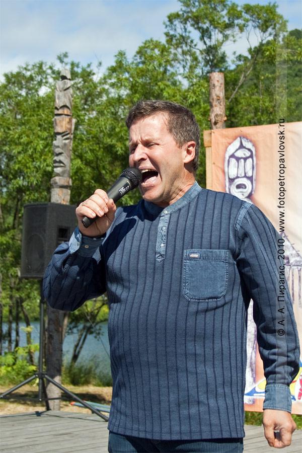 Фотография: автор-исполнитель Валерий Лихота. Празднование Дня аборигена в Петропавловске-Камчатском