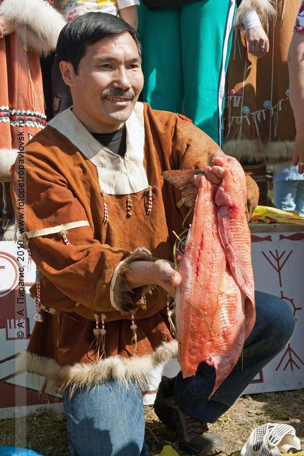Фотография: Егор Чечулин — победитель в соревновании по разделке рыбы. День аборигена на Камчатке