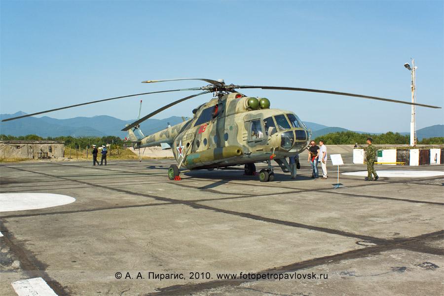 Фотография: День авиации на полуострове Камчатка — транспортно-боевой вертолет Ми-8МТ