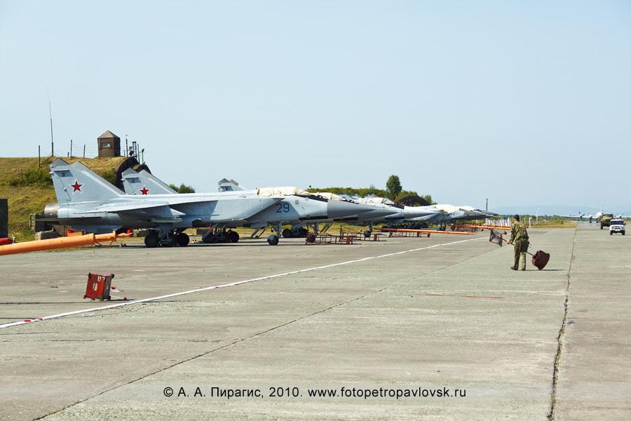 Фотография: День Военно-воздушных сил на полуострове Камчатка — военные самолеты МиГ-31 противовоздушной обороны дальнего действия у ангаров