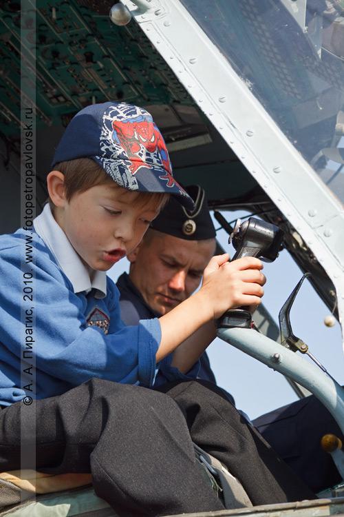Фотография: Камчатский край — День Военно-воздушных сил России: юный пилот за штурвалом вертолета Ка-27ПС (ТЛ)