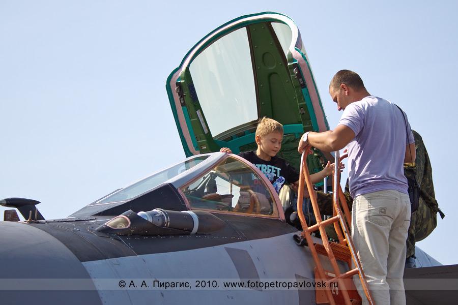 Фотография: Камчатский край — День Воздушного флота России: в кабине российского истребителя МиГ-31 противовоздушной обороны дальнего действия
