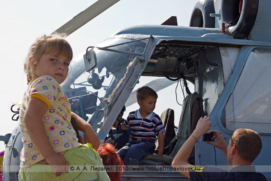 Фотография: Камчатка — День авиации России: за штурвалом юные летчики вертолета Ка-27ПС