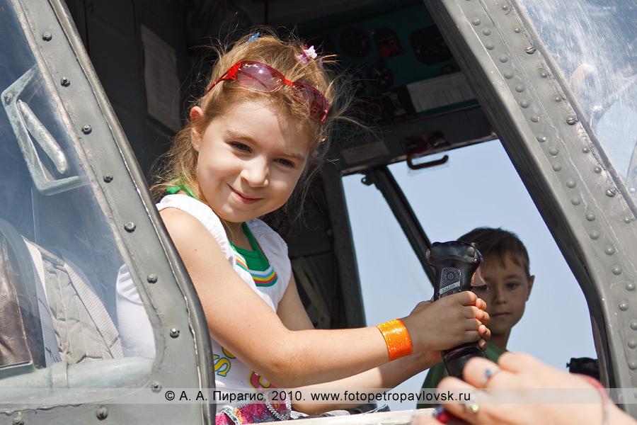 Фотография: Полуостров Камчатка — День авиации: юная леди за штурвалом транспортно-боевого вертолета Ми-8МТ