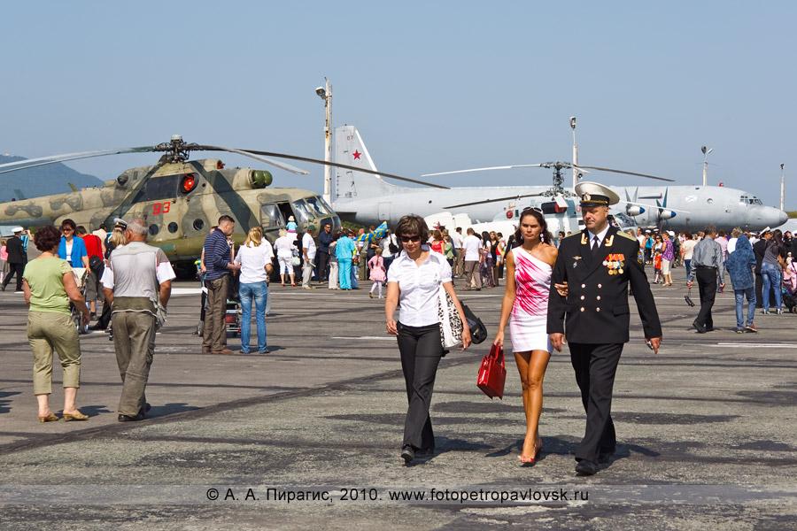 Фотография: Камчатский край — День Военно-воздушных сил РФ: авиавыставка. На заднем плане: транспортно-боевой вертолет Ми-8МТ и противолодочный самолет Ил-38
