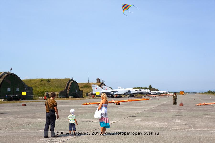 Фотография: Камчатка — День Военно-воздушных сил РФ: мирное небо над Камчаткой. На заднем плане: МиГ-31 — истребители противовоздушной обороны дальнего действия