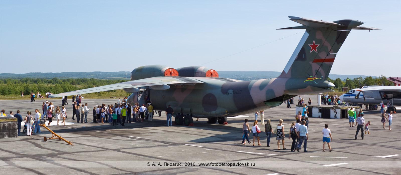 Фотография: Полуостров Камчатка — День авиации РФ: живая очередь камчатцев, желающих увидеть морской патрульный самолет Ан-72П и посидеть за его штурвалом
