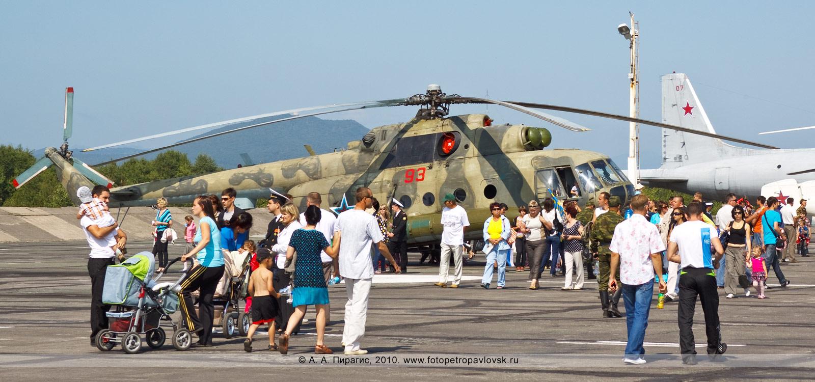 Фотография: Камчатский край — День авиации РФ: авиавыставка на военном аэродроме. На заднем плане: транспортно-боевой вертолет Ми-8Т