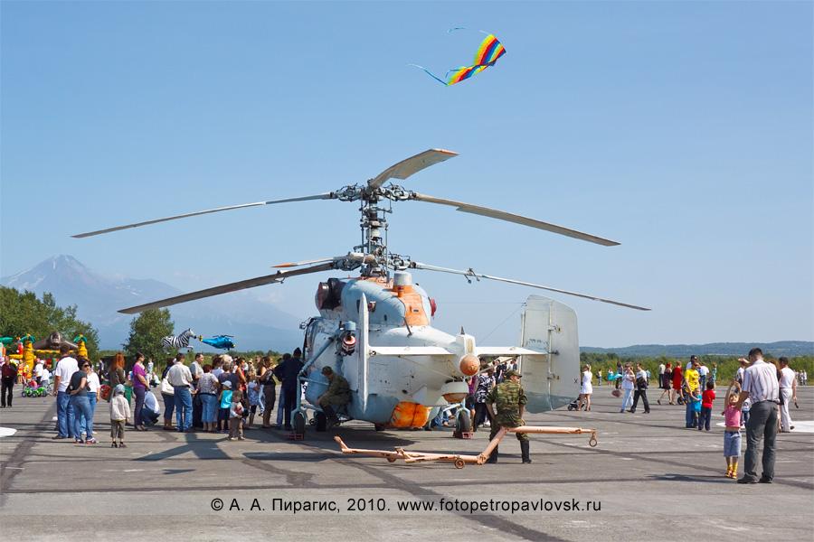 Фотография: Камчатский край — День Воздушного флота Российской Федерации: Ка-27ПС (ТЛ) — корабельный поисково-спасательный вертолет на выставке авиатехники (аэродром Елизово)