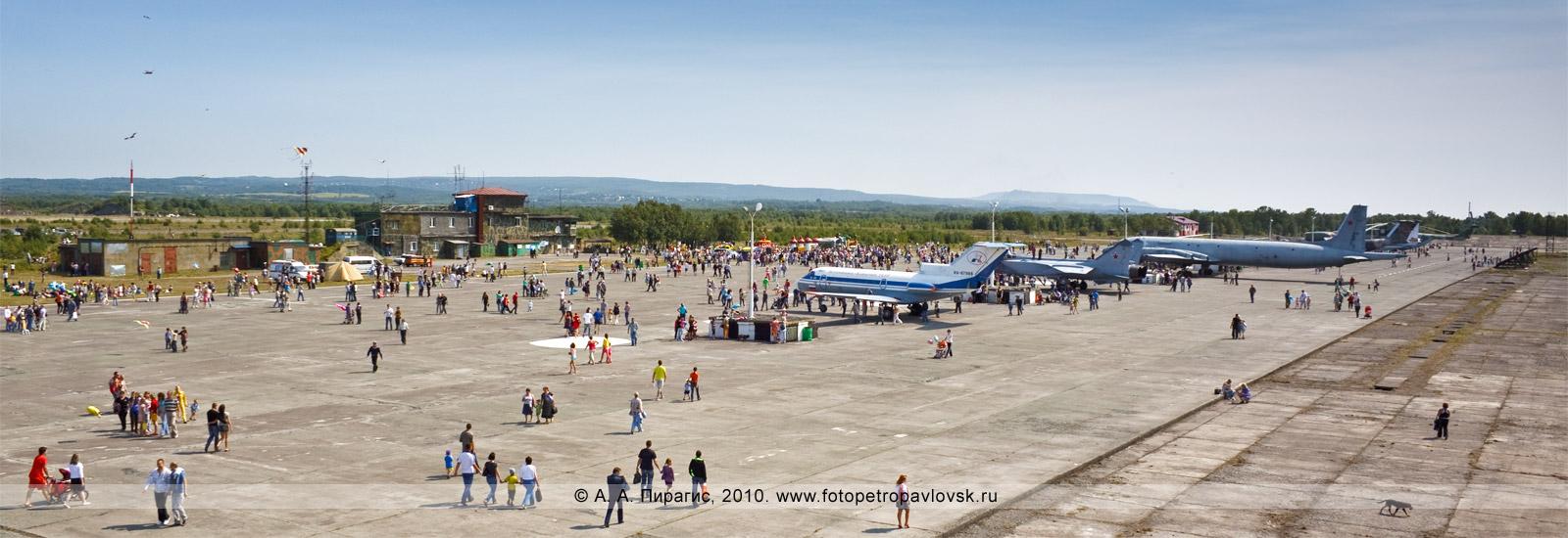 Фотография: Полуостров Камчатка — День авиации Российской Федерации: панорама (общий вид) — выставка авиационной техники на военном аэродроме Елизово в Камчатском крае