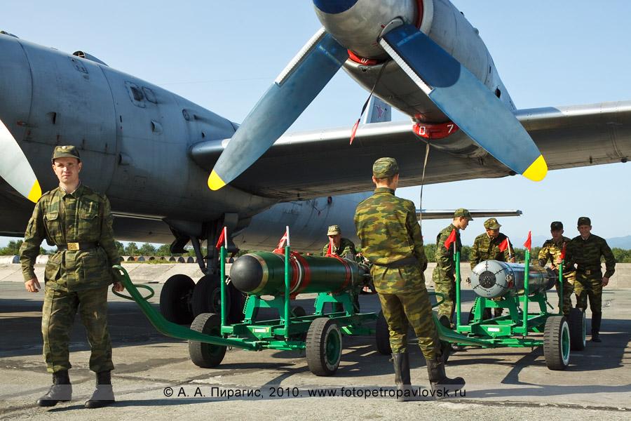 """Фотография: День авиации в Камчатском крае — унифицированная малогабаритная торпеда УМГТ-1 """"Орлан"""" и авиационная противолодочная ракета АПР-2 """"Ястреб-М"""" возле противолодочного самолета Ил-38"""