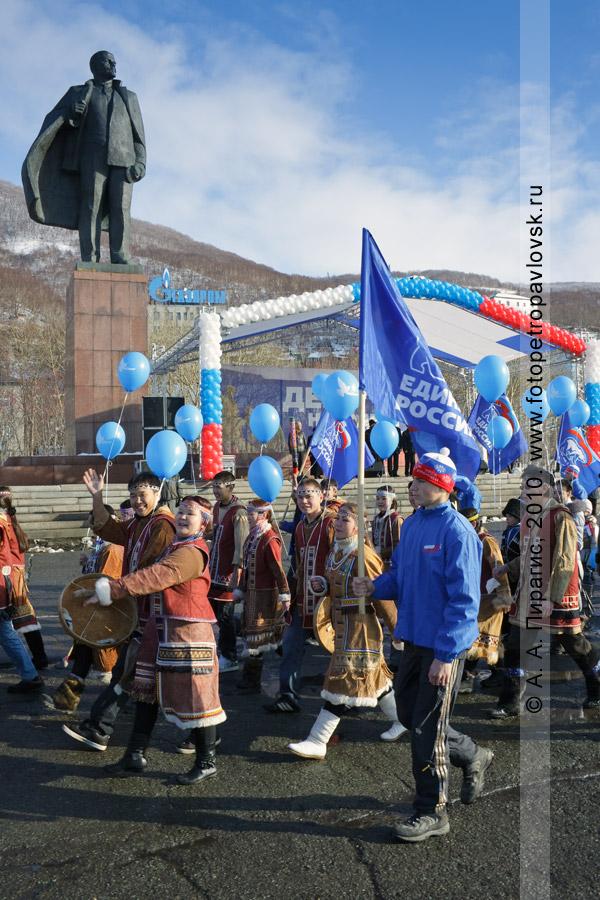 Фотография: праздничное шествие в День народного единства. Петропавловск-Камчатский, площадь имени В. И. Ленина