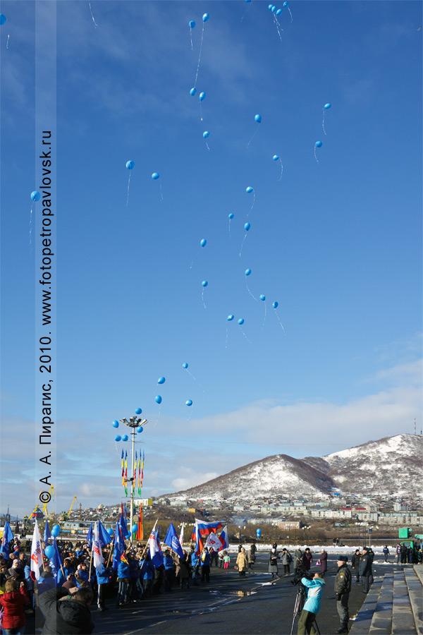 Фотография: воздушные шары с изображенным на них символом мира — в небе над Петропавловском-Камчатским в День народного единства