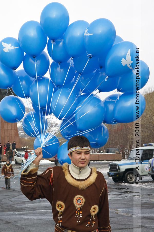 Фотография: участник празднования Дня народного единства с воздушными шарами, которые будут запущены в камчатское небо