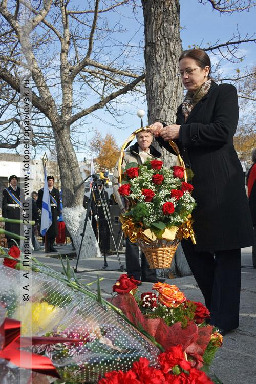 Фотография: день рождения Петропавловска-Камчатского. Возложение цветов к памятнику Витусу Берингу