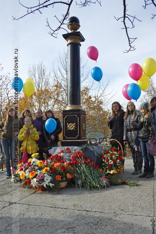 Фотография: молодое поколение жителей Камчатки у памятника Витусу Берингу — основателю города Петропавловска-Камчатского