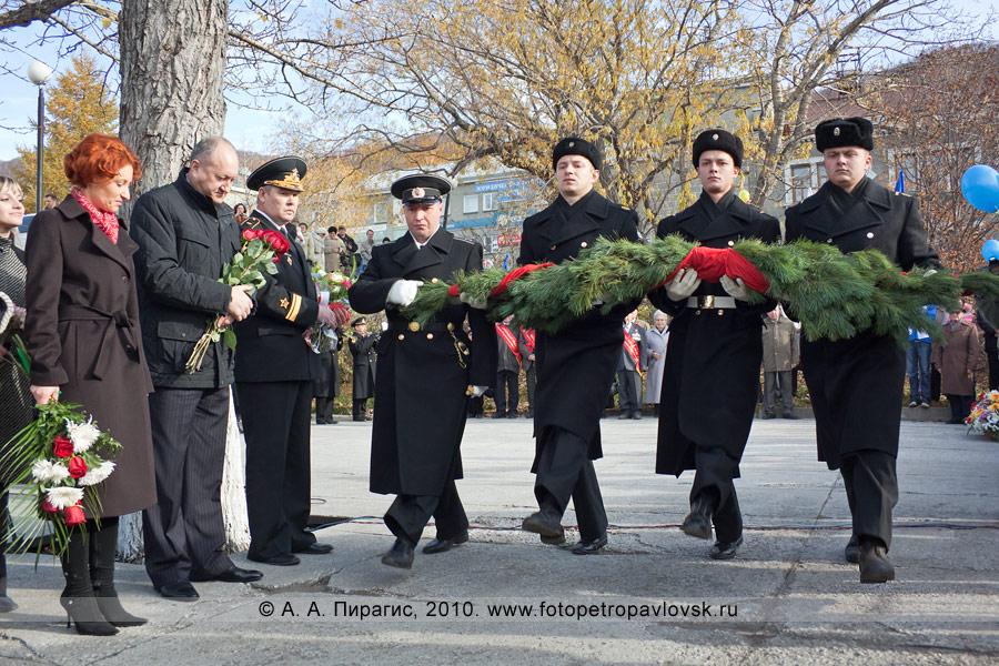 Фотография: день рождения Петропавловска-Камчатского. Возложение венков к памятнику Витусу Йонассену Берингу — основателю города